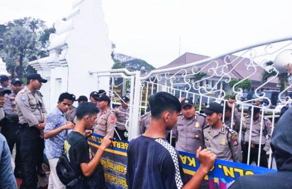 Raport Merah Untuk Bupati Serang Pada Aksi BEM Serang Depan Pendopo