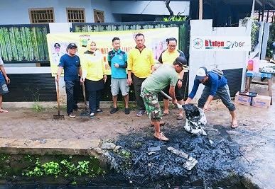 Binmas Polsek Pondok Aren Bersama Warga RW 04, Gelar Kerja Bakti Bersihkan Drainase
