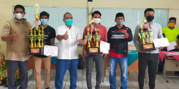 Puluhan Siswa Menerima Piagam dan Piala Juara KOSN 2021